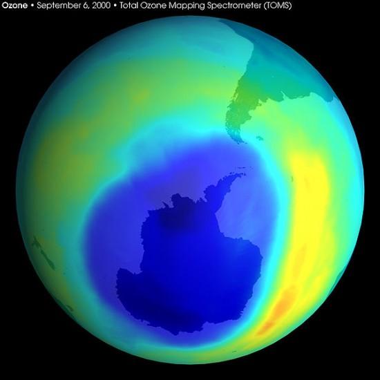 Dziura ozonowa nad Antarktydą.