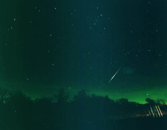 Spadający meteor z roju Leonidów.