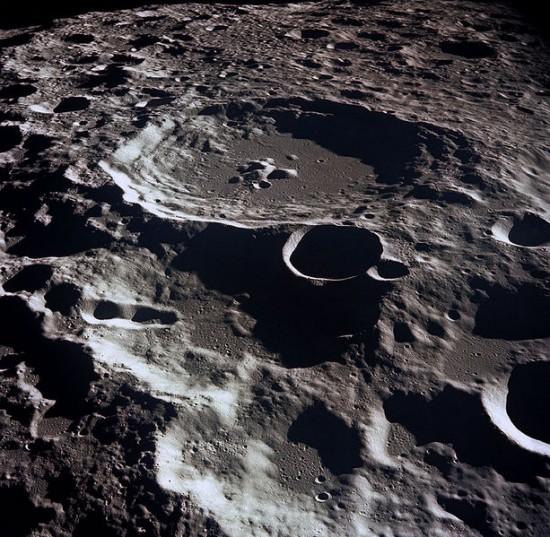 Kratery na Księżycu.