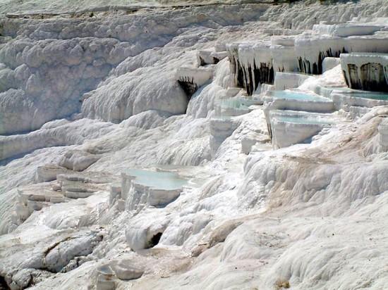 Trawertynowe wodospady Pamukkale w Turcji.
