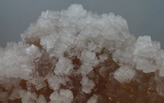 Kryształy minerału halitu, czyli soli kuchennej.