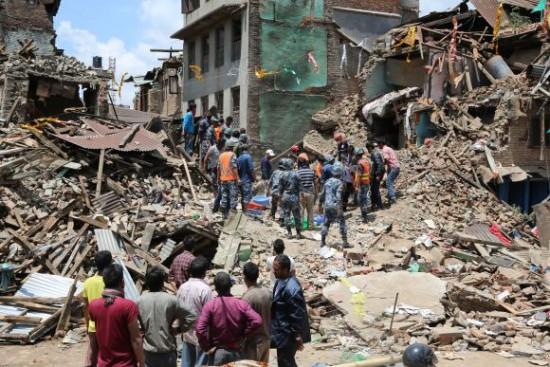 Skutki katastrofalnego trzęsienia ziemi w Nepalu (kwiecień 2015).