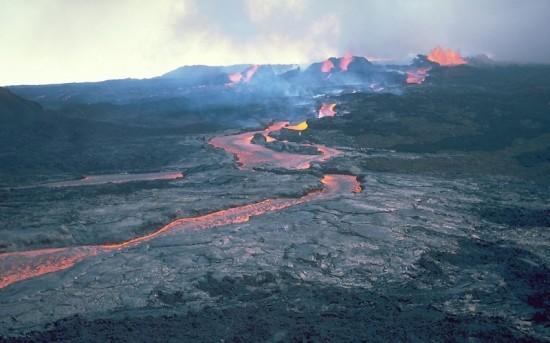 Lawa z wulkanu Mauna Loa na Hawajach.