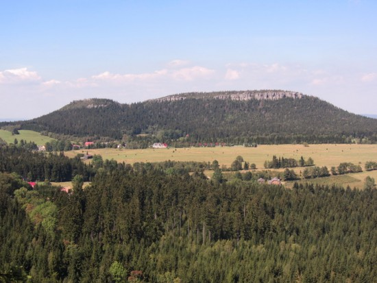 Szczeliniec Wielki (Góry Stołowe) widziany z Fortu Karola w Karłowie.