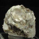 Minerał muskowit, należący do grupy mik (łyszczyków).