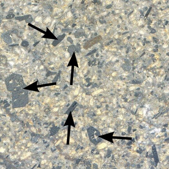 Kryształy amfiboli oraz piroksenów w skale magmowej wylewnej - andezycie.