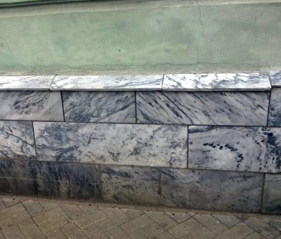 Dolnośląski marmur wykorzystany jako kamień ozdobny w cokole budynku.