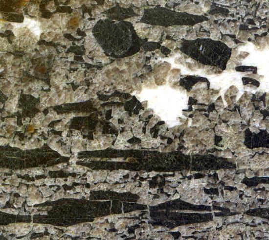 Czarny turmalin (szerl) z Pogórza Izerskiego.