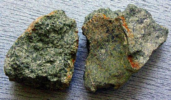 Zwietrzałe cieszynity (skała magmowa głębinowa) z okolic Żywca.