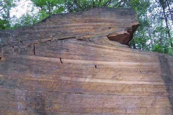 Przekątne warstwowanie w piaskowcach tumlińskich - skale powstałej w środowisku pustynnym.