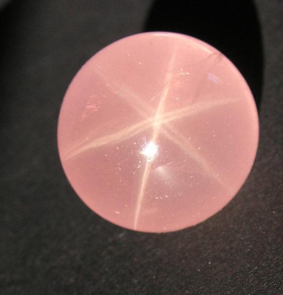 Asteryzm na kwarcu różowym.