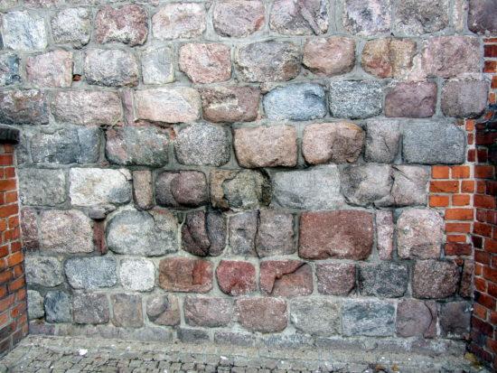 Południowo-zachodni fragment ściany katedry w Poznaniu, wykonany z lokalnych głazów narzutowych.