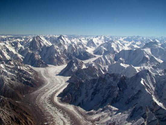 Lodowiec górski Baltoro w Karakorum.