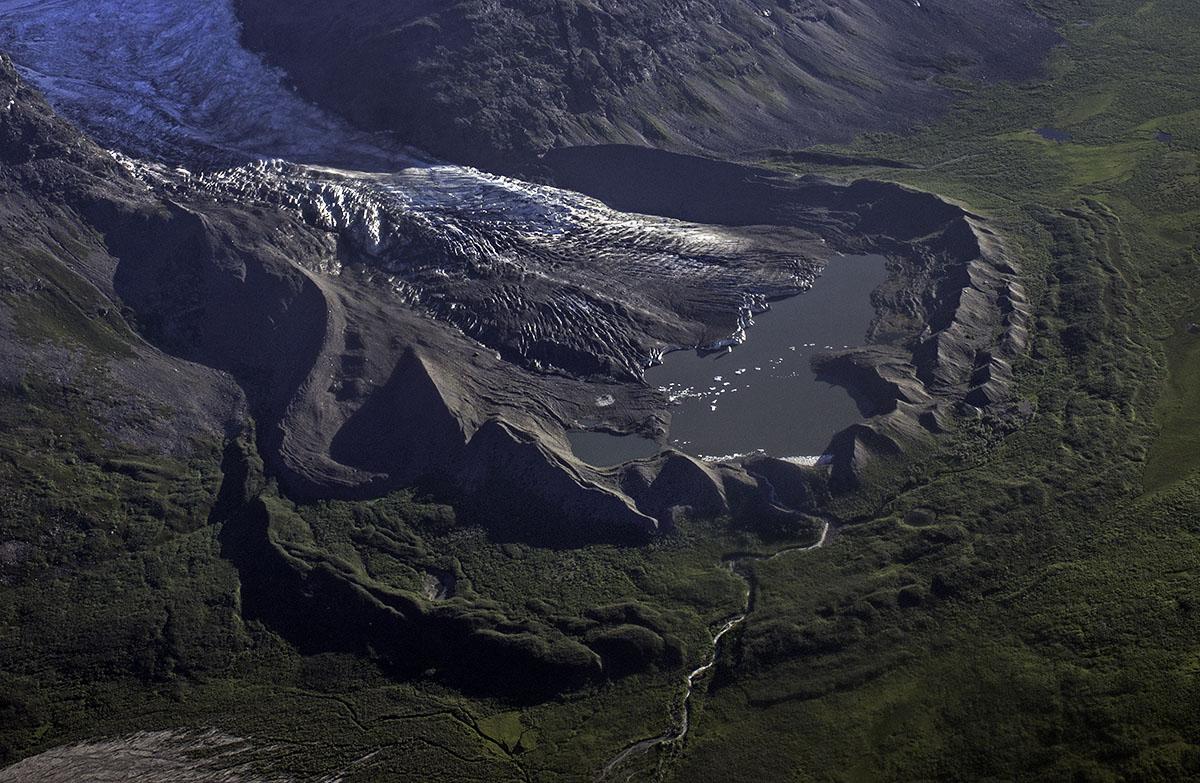 Zdjęcie lotnicze moreny czołowej lodowca dolinnego (Kennecott, Alaska).