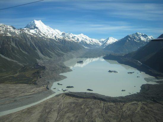 Morena czołowa lodowca Tasmana (Nowa Zelandia), widoczna na pierwszym planie, blokuje odpływ wód, powodując powstanie jeziora zastoiskowego.