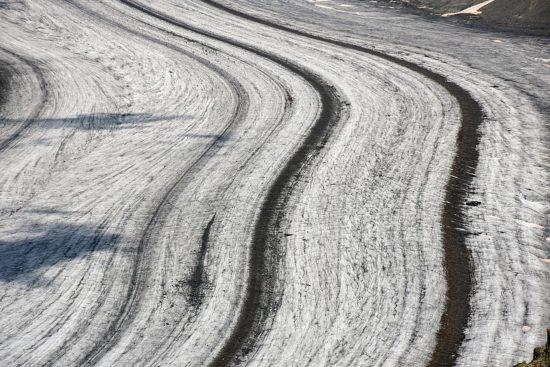 Zbliżenie moreny środkowej na lodowcu Aletsch