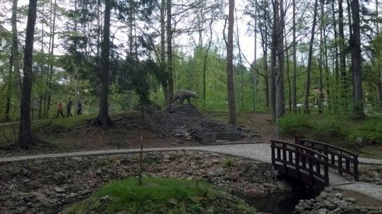 Rzeźba niedźwiedzia wskazująca granicę zasięgu zlodowaceń w Kotlinie Kłodzkiej, znajdująca się w Parku Leśnym w Polanicy-Zdroju.